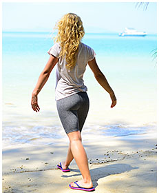 workout fail pees her pants on the beach 00