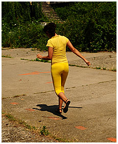running lady pisses her tights exercising 01