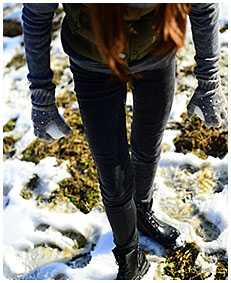 pissed jeans in snow wetting dark jeans 01