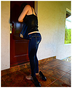 claudia wets her jeans while looking for the keys 01