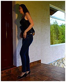 claudia wets her jeans while looking for the keys 04