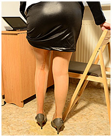Debbie has an urgent task and empties her bladder in her pantyhose