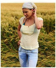 alice wets her jeans shorts in the wheat field 00