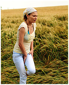 alice wets her jeans shorts in the wheat field 04
