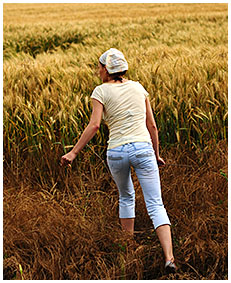 alice wets her jeans shorts in the wheat field 05