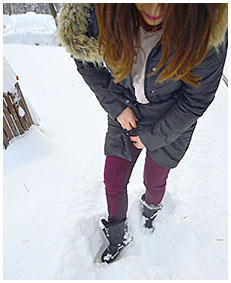 lady pisses her red pants in snow 04