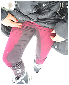lady pisses her red pants in snow 05