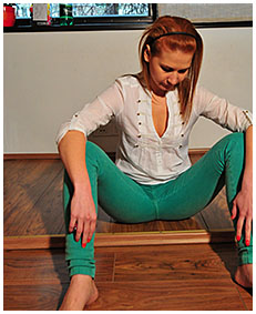dominika does pedicure and pisses her green jeans 02