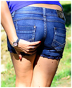 antonia shorts wetting on the street 00