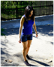 antonia shorts wetting on the street 03