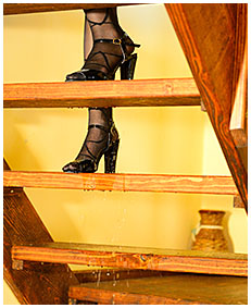 lady pisses her pantyhose up a staircase 01