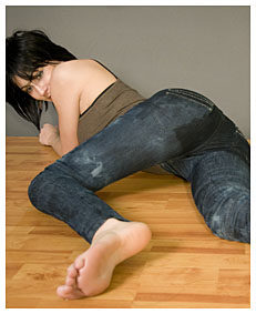 alice pisses her jeans lying down as requested 4