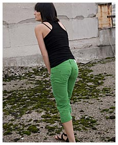 alice pisses herself wetting her green pants4