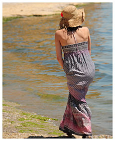alice stylish at the beach pisses her dress4