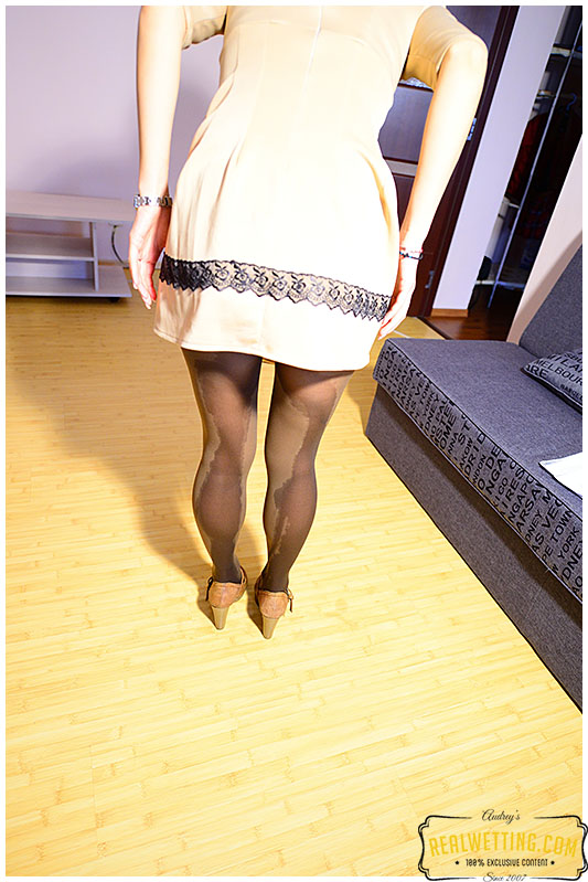 Asistant leaks into her pantyhose working too hard from home