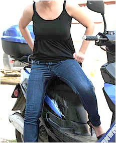 dee pisses her jeans on her scooter 1