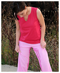dee wetting her pink loose pants7