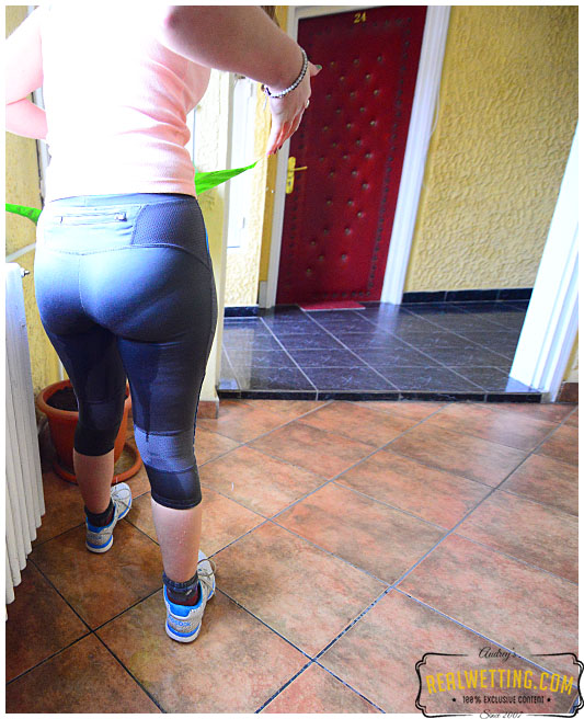 Desperate runner cannot hide she pissed her tights