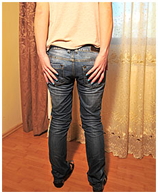on her cigarette break dominika wets her jeans and pantyhose pisses her jeans 04