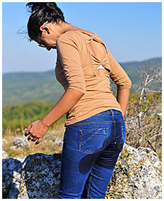 sara pees her jeans on the mountain 00