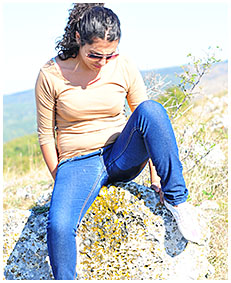 sara pees her jeans on the mountain 01