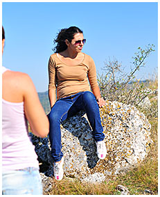 sara pees her jeans on the mountain 03