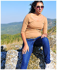 sara pees her jeans on the mountain 04